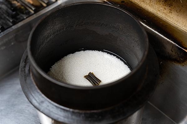 利さくでは昔ながらの羽釜で少量、多数回炊いております。